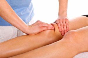 Массаж с натуральными маслами смягчает боли в ногах