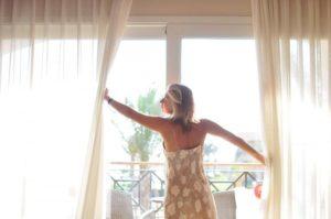 Позовите счастье в дом через окно.