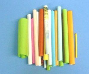 Гадание на цветных бумажных листочках.